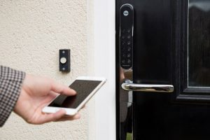 Khóa cửa điện tử là giải pháp an toàn cho các khu chung cư